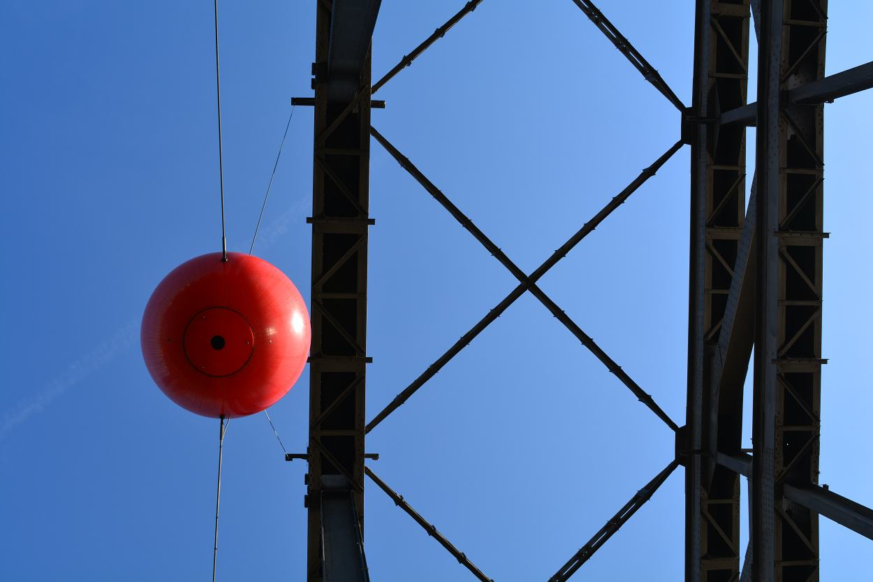 Sound-Installation SONIC VISTA Frankfurt am Main – rote Kugel